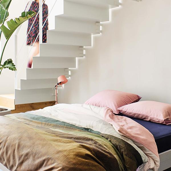 Aurora multi dekbedovertrek op Auronde bed