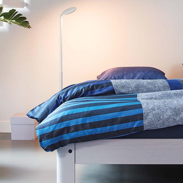 Bettwäsche Soho blau auf Bett Auronde