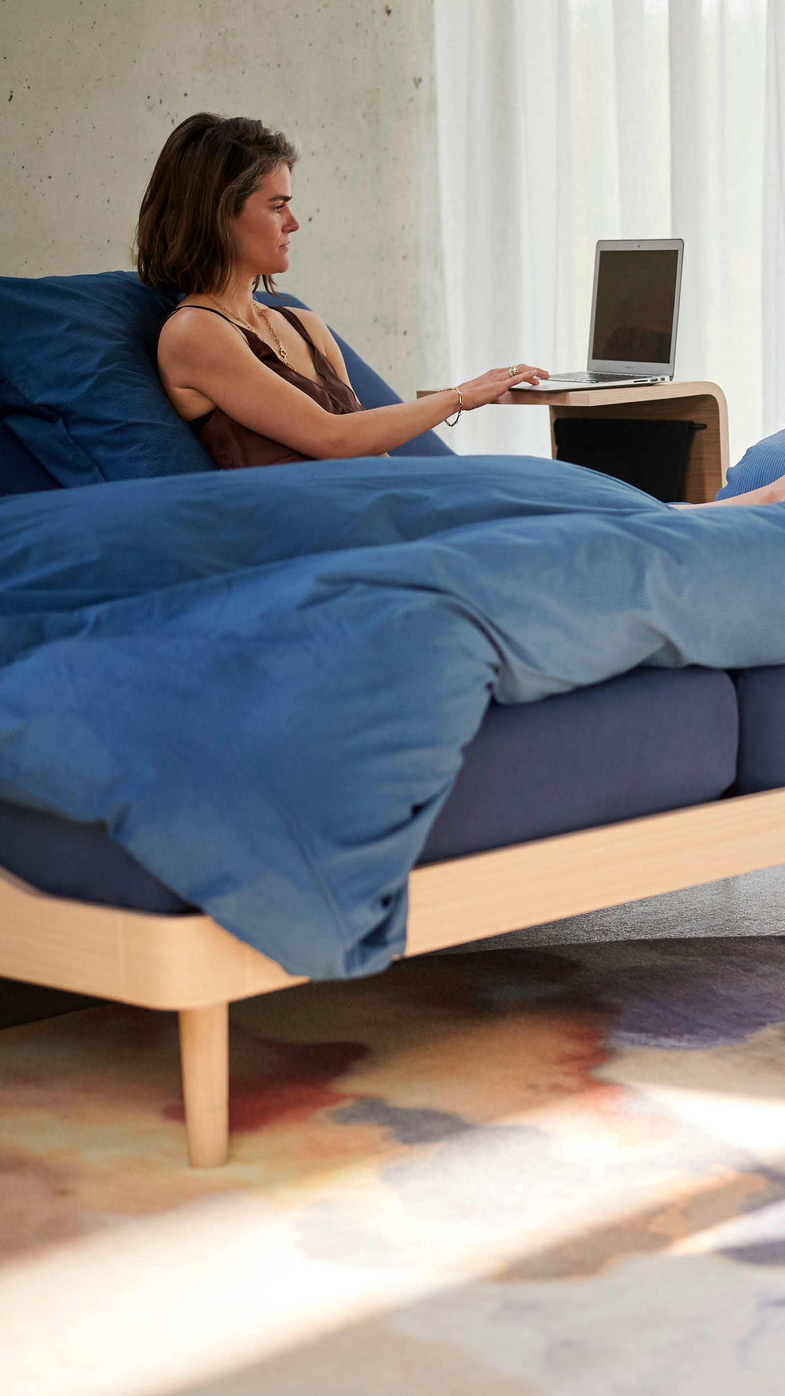 Dame met haar laptop in Noa bed